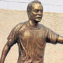 イニエスタの銅像